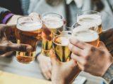 Amigos tomando álcool e aproveitando os benefícios da cerveja.