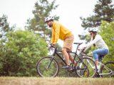 Casal de homem e mulher andando de bicicleta