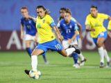 Atacante brasileira marta corre com bola no futebol.