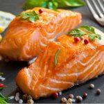 Duas postas de peixe salmão temperadas e levemente grelhadas.