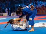 Duas mulheres lutando jiu jitsu